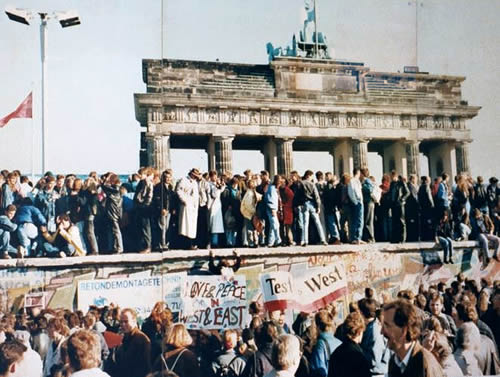 http://www.english-online.at/history/collapse-communism/germans-standing-on-berlin-wall.jpg